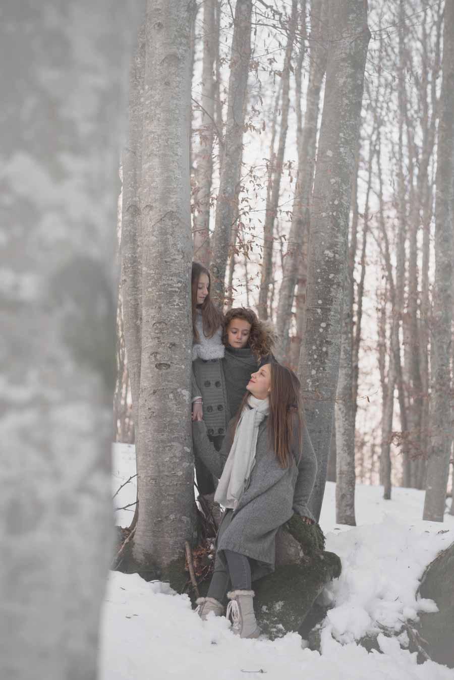 foto bambine sulla neve gabriele zani grigio bosco