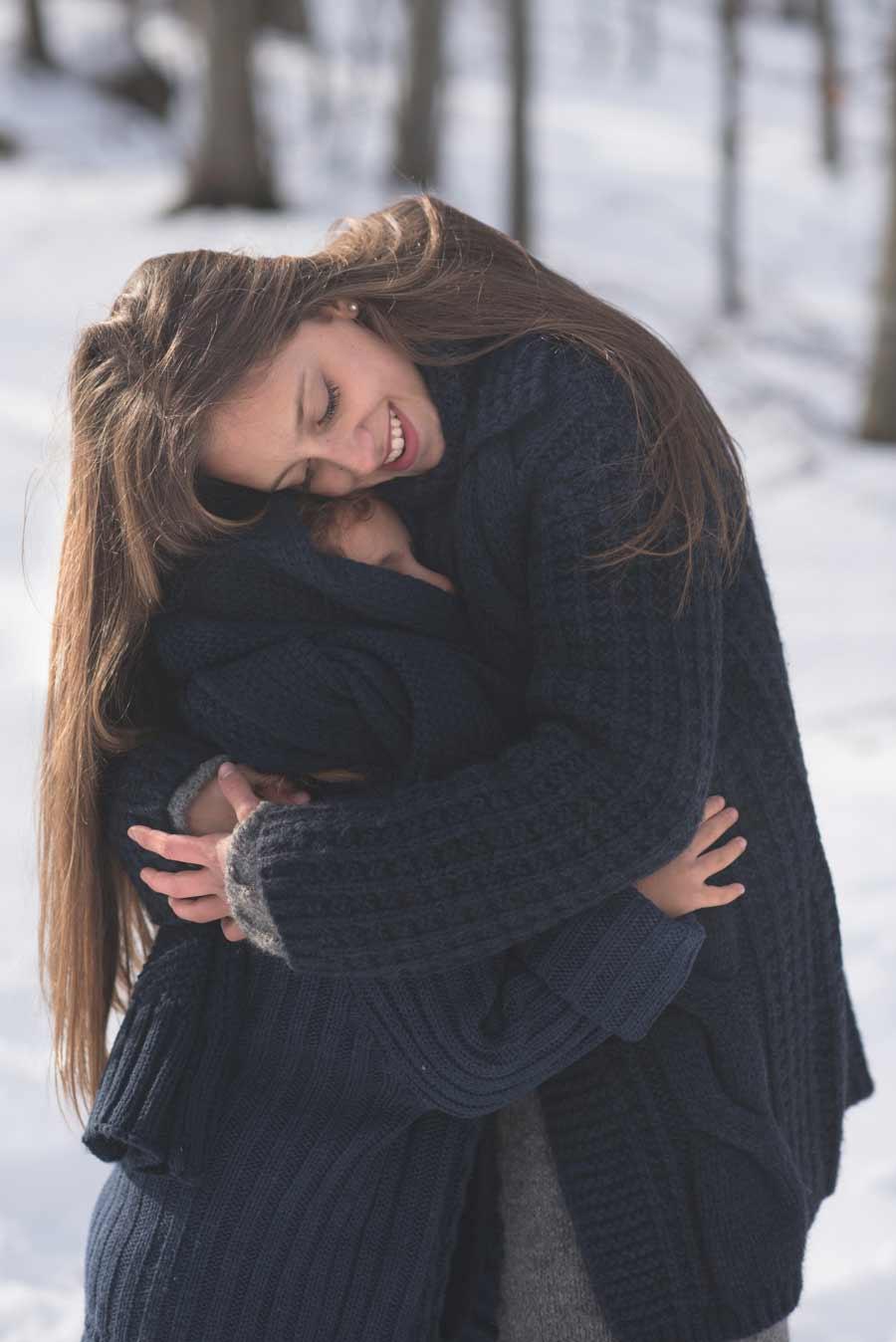 foto bambine sulla neve gabriele zani abbraccio tenerezza