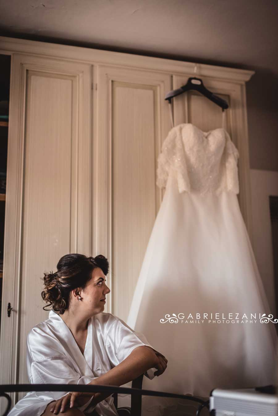 foto matrimonio lunigiana gabriele zani sposa camera abito