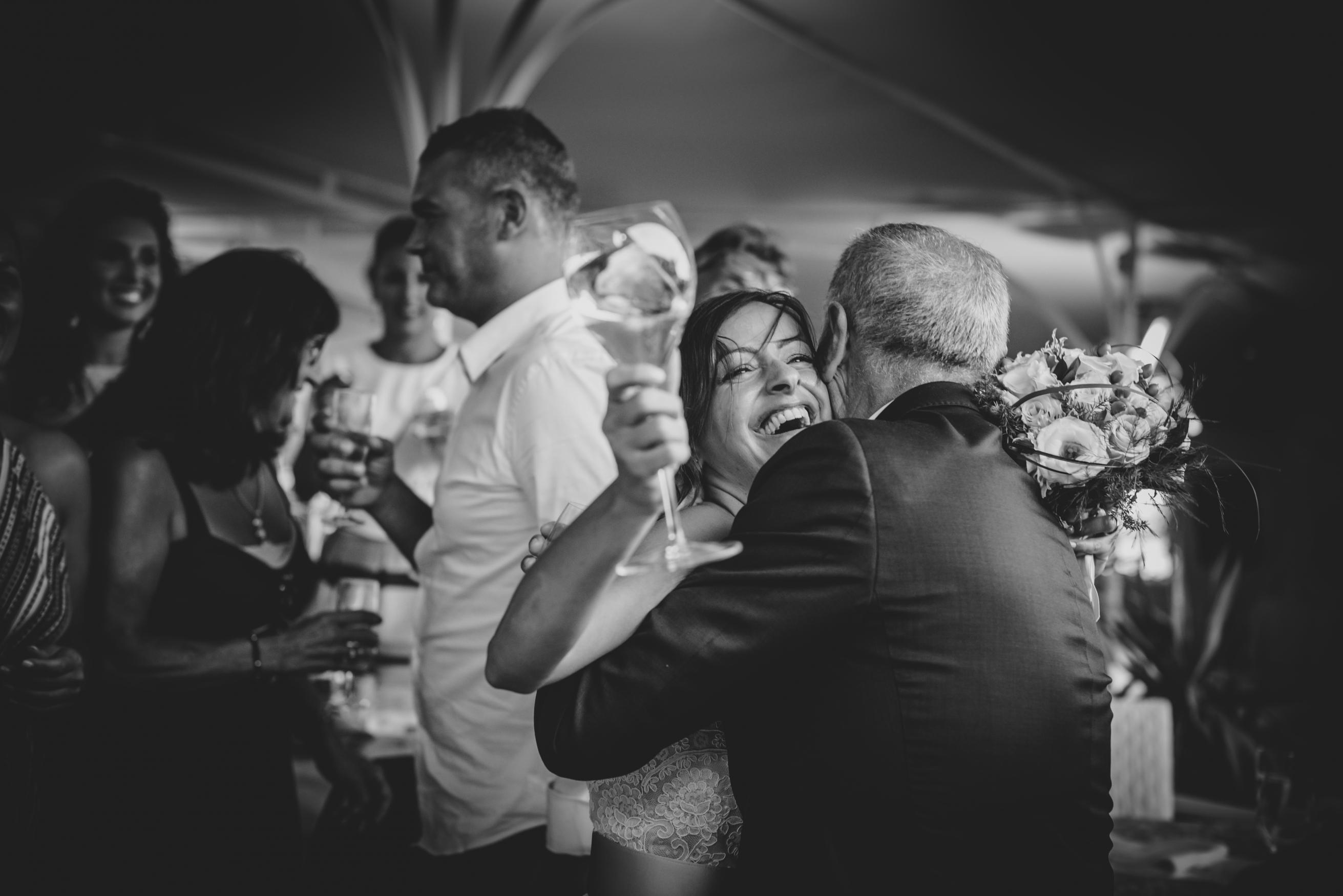 fotografo matrimonio sestri levante abbraccio sposa