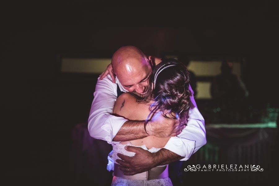 fotografo matrimonio sestri levante abbraccio sposi