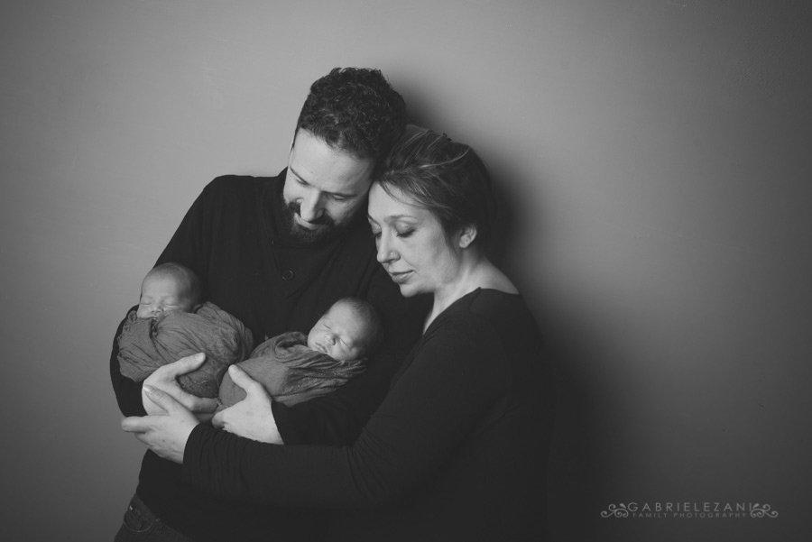 fotografo neonati gemelli gabriele zani famiglia assieme
