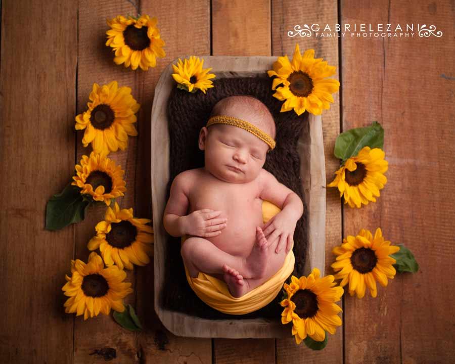 fotografo bambini con fiori neonato girasoli legno