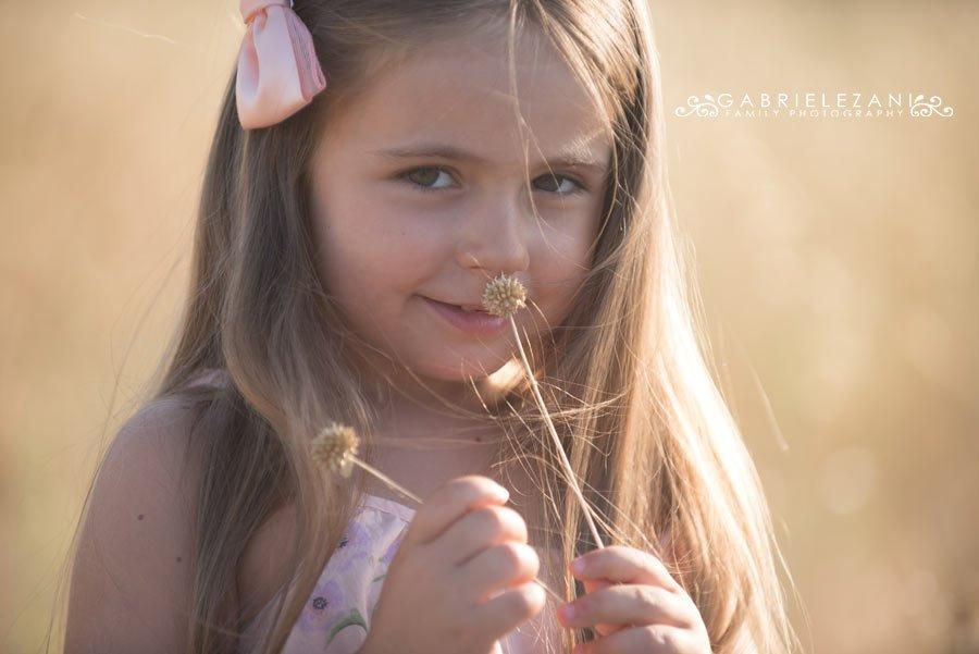 fotografo bambini con fiori esterno estate fiore secco