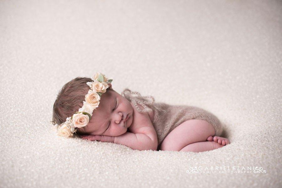 fotografo bambini con fiori neonato corona rose