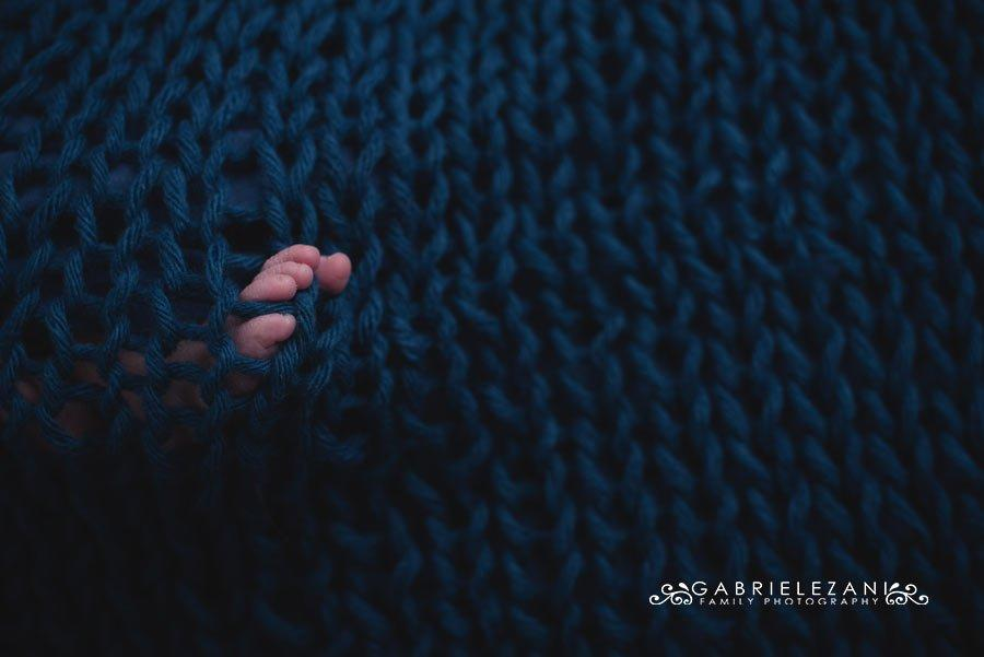 fotografo neonati la spezia gabriele zani particolare piedino lana blu