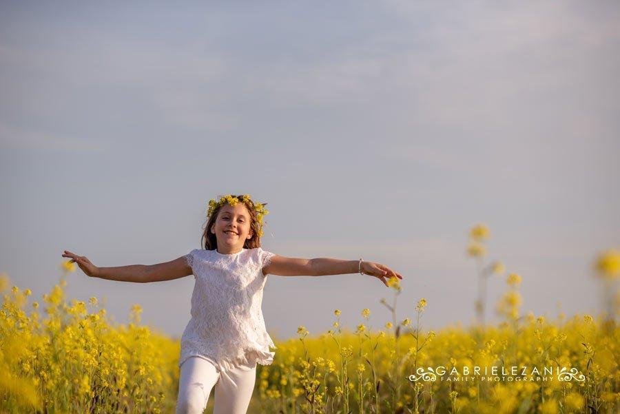 foto bimba campo fiori liguria a braccia aperte