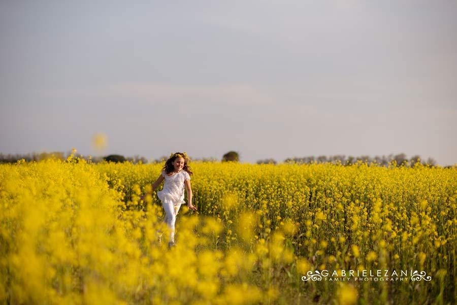 foto bimba campo fiori liguria corre tra i fiori