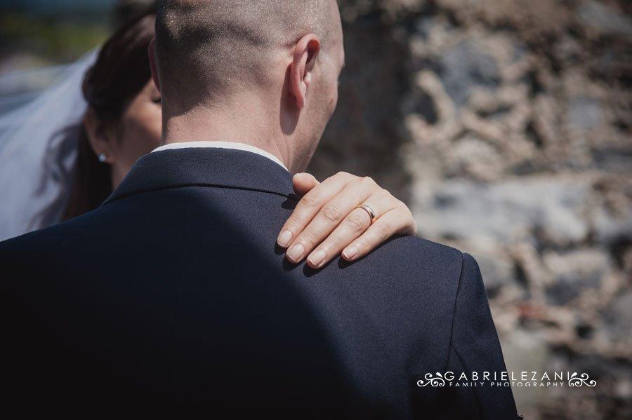 fotografo matrimonio liguria abbraccio sposi