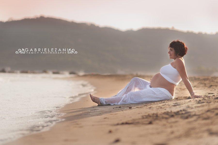 foto gravidanza-la spezia-gabriele zani #maternity seduta in spiaggia