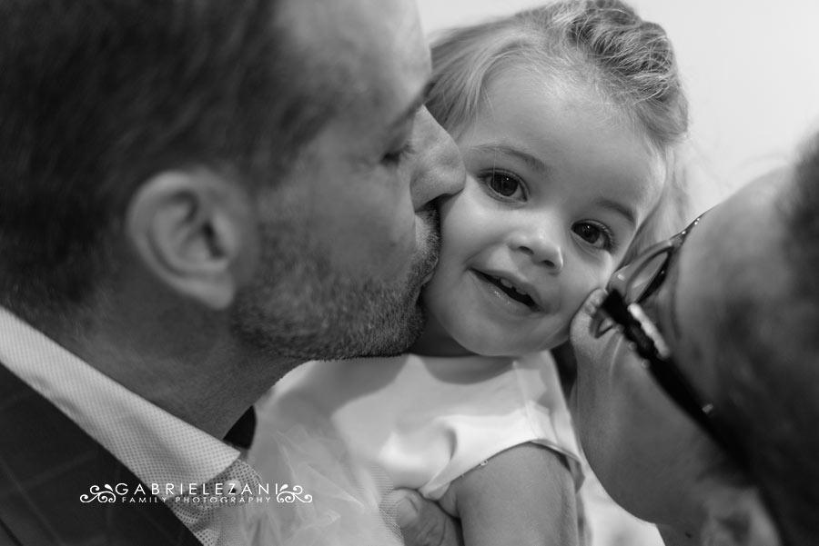 fotografo battesimo la spezia gabriele zani bacio dei genitori