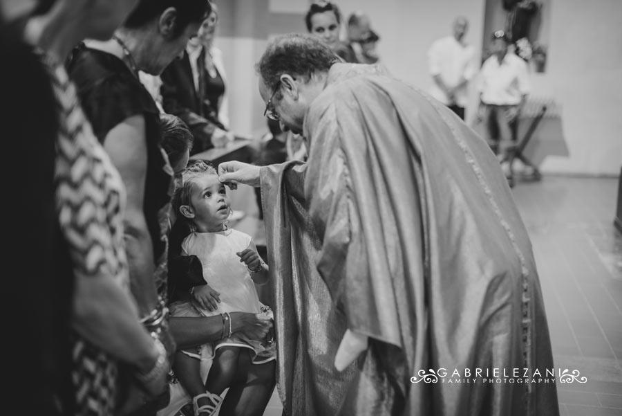 fotografo battesimo la spezia gabriele zani unzione fronte