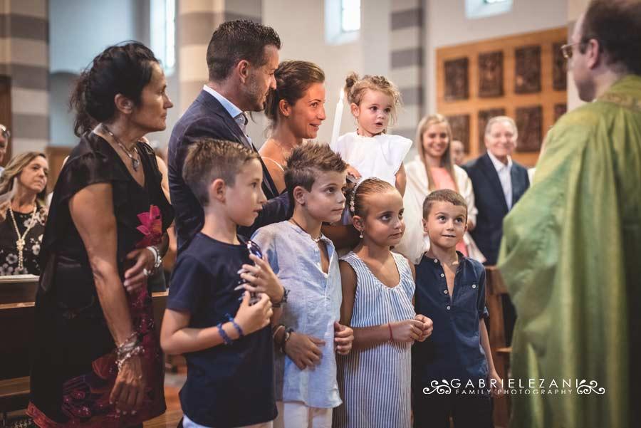 fotografo battesimo la spezia gabriele zani bimbi in chiesa