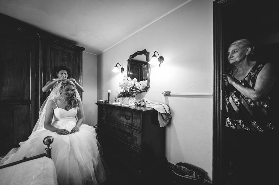 foto matrimonio lunigiana sposa con velo e mamma