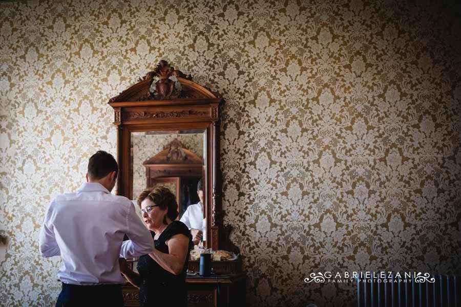 fotografo matrimonio italia-australia sposo con mamma carta da parati