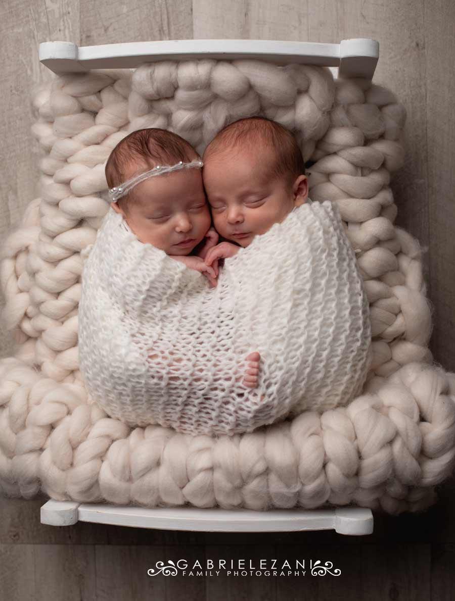 fotografo neonati gemelli la spezia gabriele zani gemelli nel lettino binaco avvolti in wrap di lana