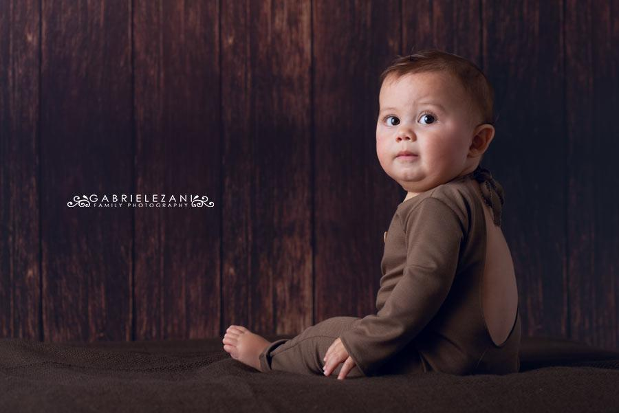 foto bambini la spezia bimbo girato di schiena con tutina marrone