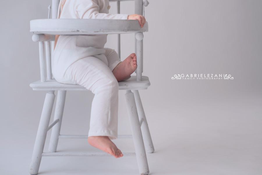 foto bambini la spezia dettaglio piedi su seggiolone