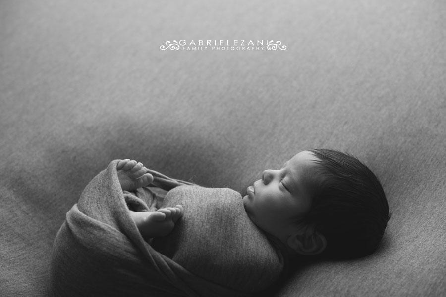 fotografo neonati e famiglie la spezia gabriele zani profilo mentre dorme su grigio