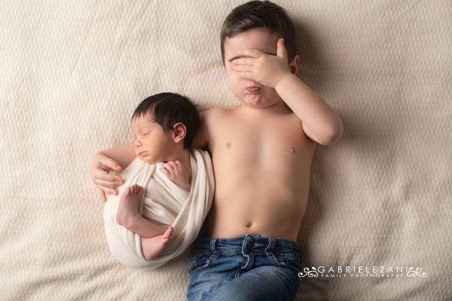fotografo neonati e famiglie la spezia gabriele zani coppia di fratelli