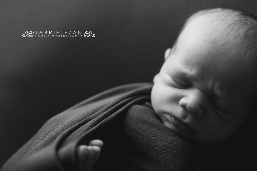 mentoring foto neonato primo piano fasciato