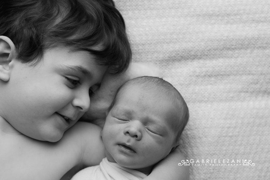 mentoring foto neonato fratelli sdraiati assieme