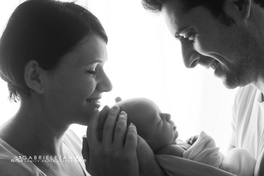 mentoring foto neonato tra le braccia di mamma e papà