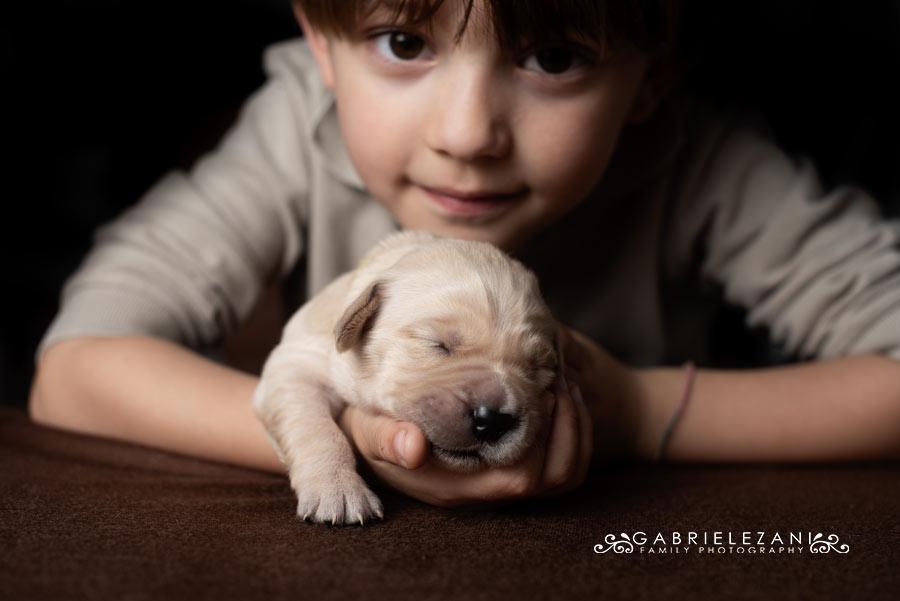 fotografo famiglie e animali bimbo con cucciolo che dorme