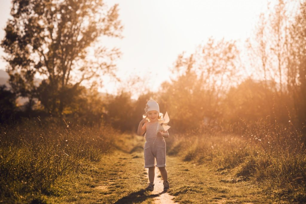 fotografo bambini e famiglie la spezia bimba al tramonto con girandola