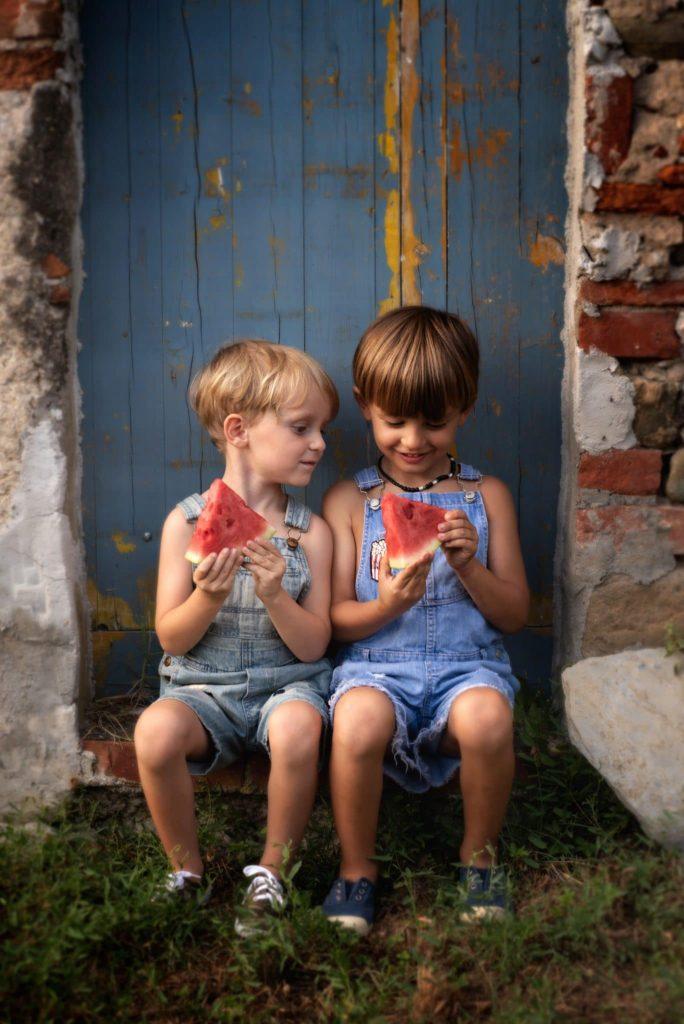 fotografo bambini e famiglie la spezia fratellini con anguria