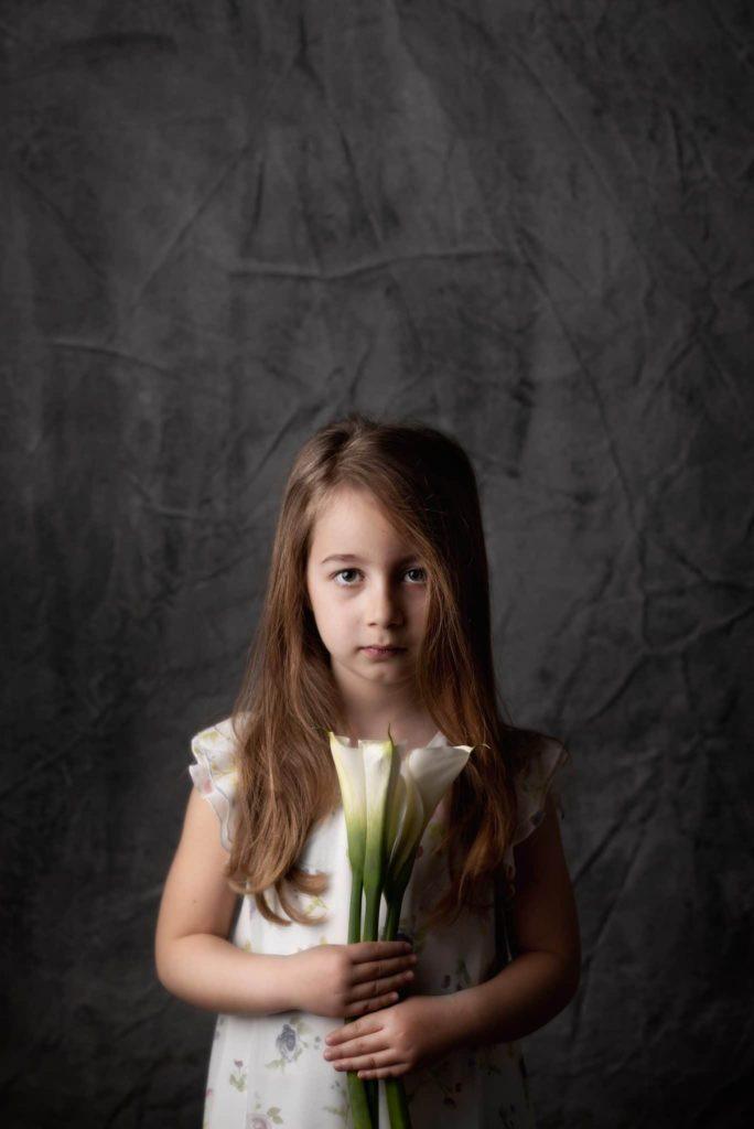 fotografo bambini e famiglie la spezia ritratto bimba in studio con calle bianche