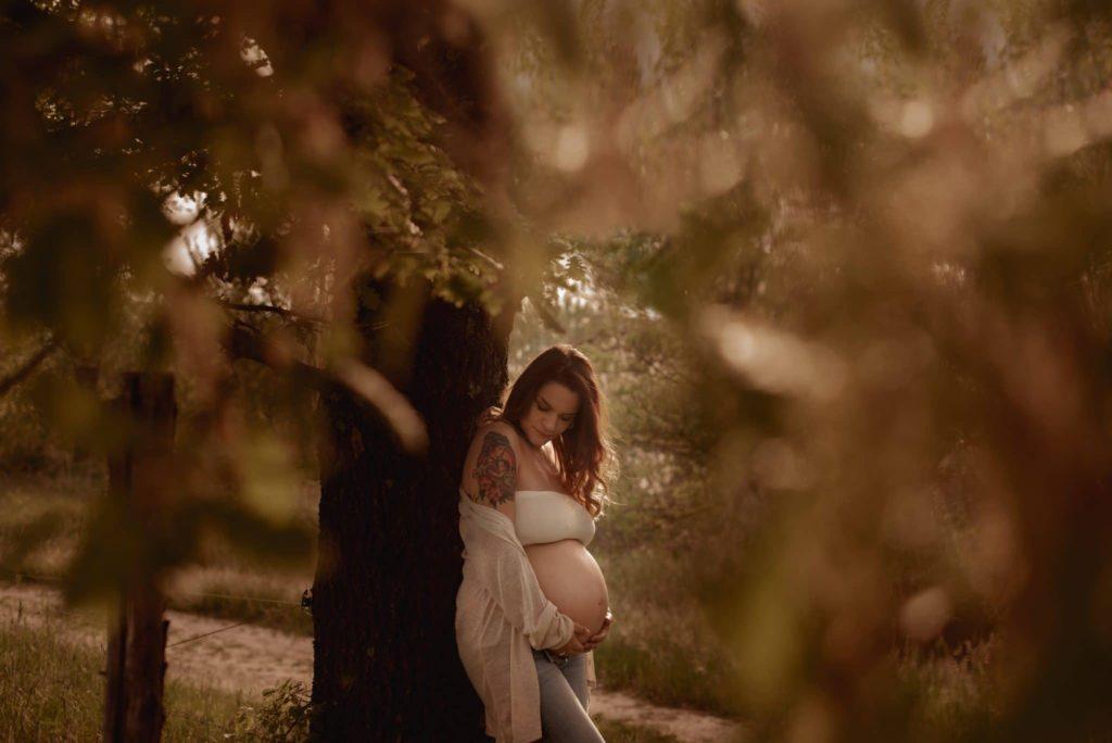 fotografo gravidanza la spezia tra gli alberi in fiore al tramonto