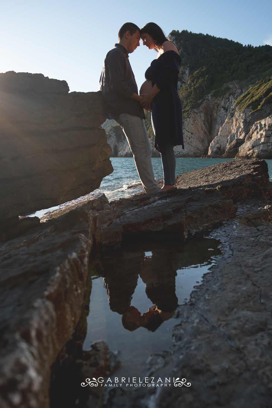 fotografo gravidanza liguria esterni coppia a portovenere con riflesso
