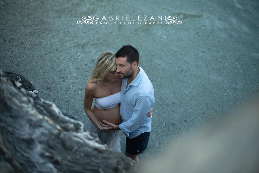 fotografo gravidanza liguria esterni in acqua a Monterosso