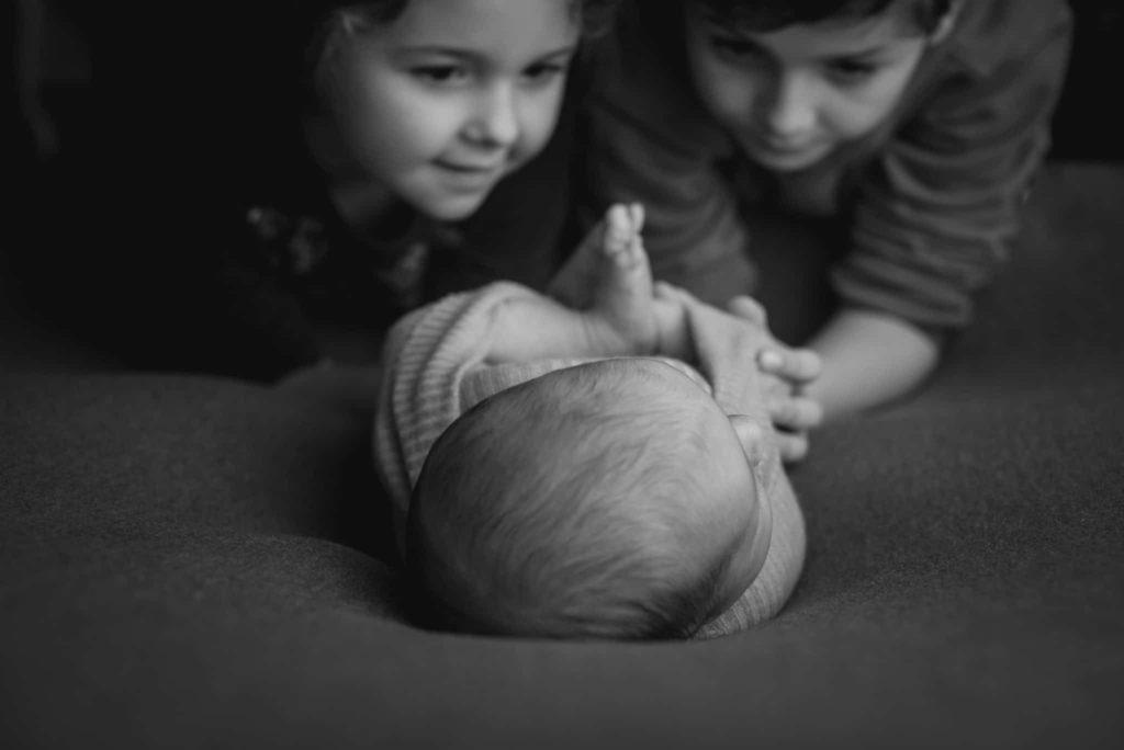 fotografo neonati la spezia con fratello e sorella