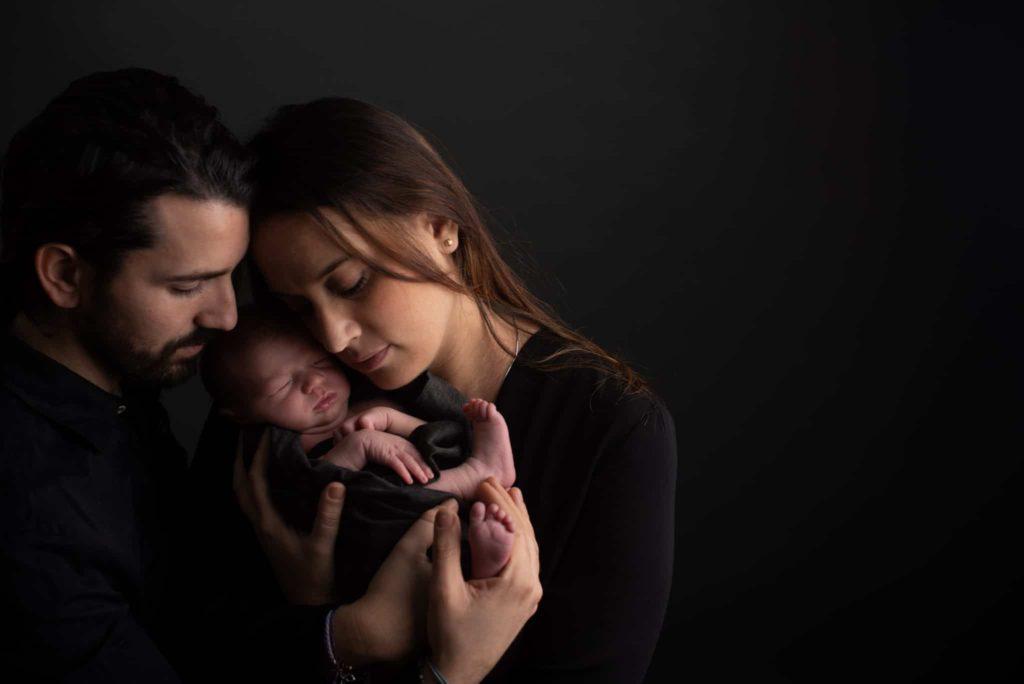 fotografo neonati la spezia tra le braccia dei genitori