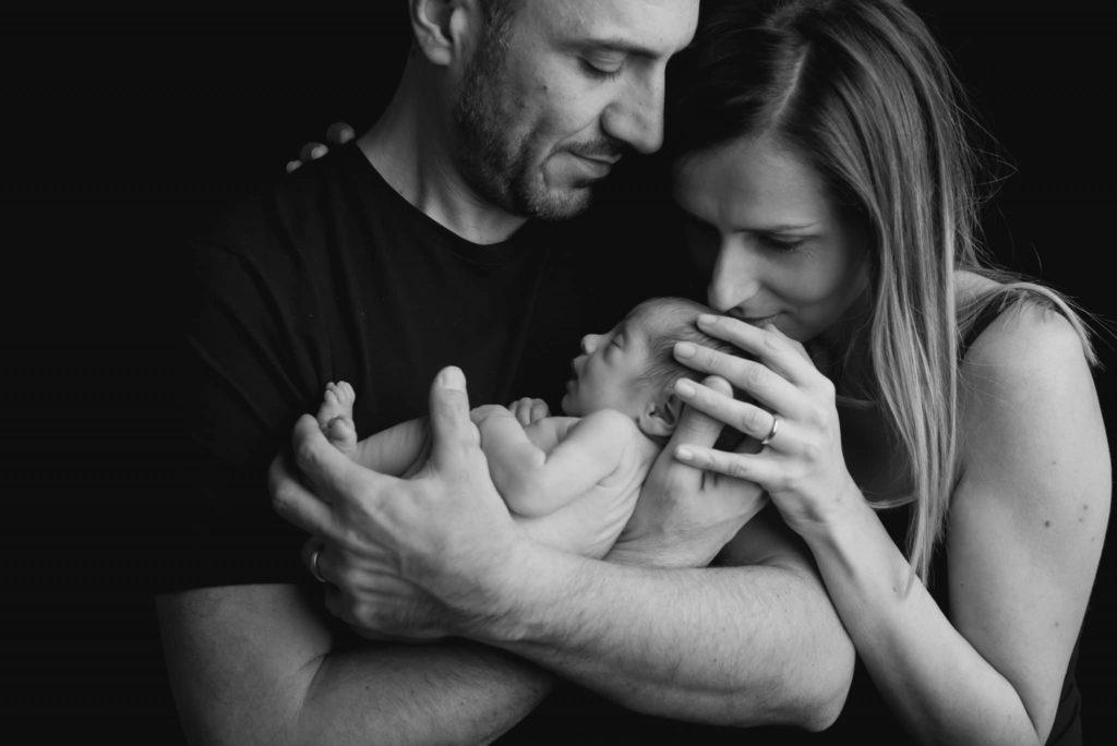 fotografo neonati la spezia con i genitori su fondale nero