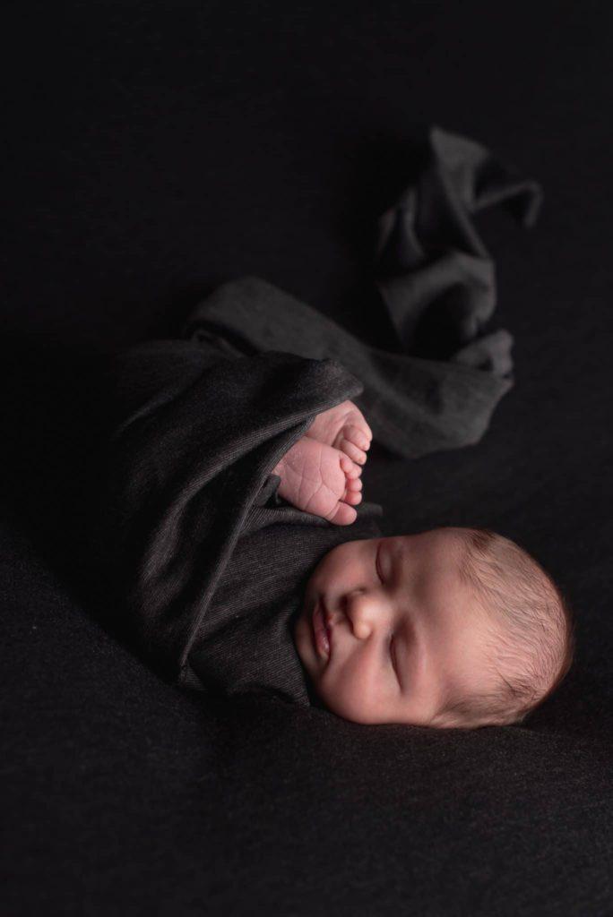 fotografo neonati la spezia avvolto su grigio scuro