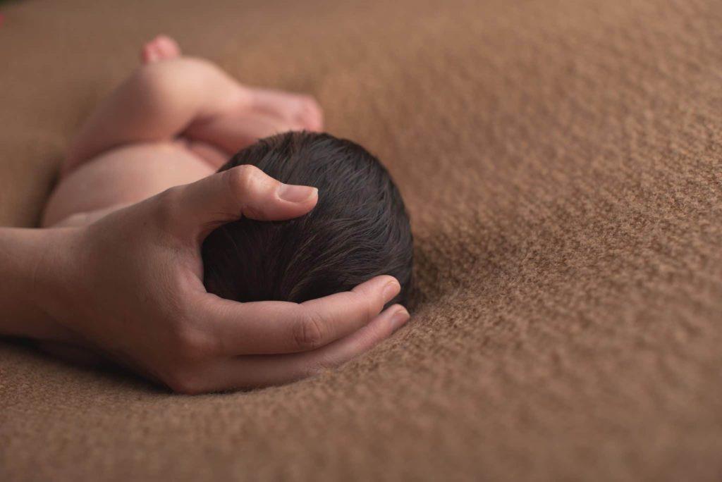 fotografo neonati la spezia una dolce carezza
