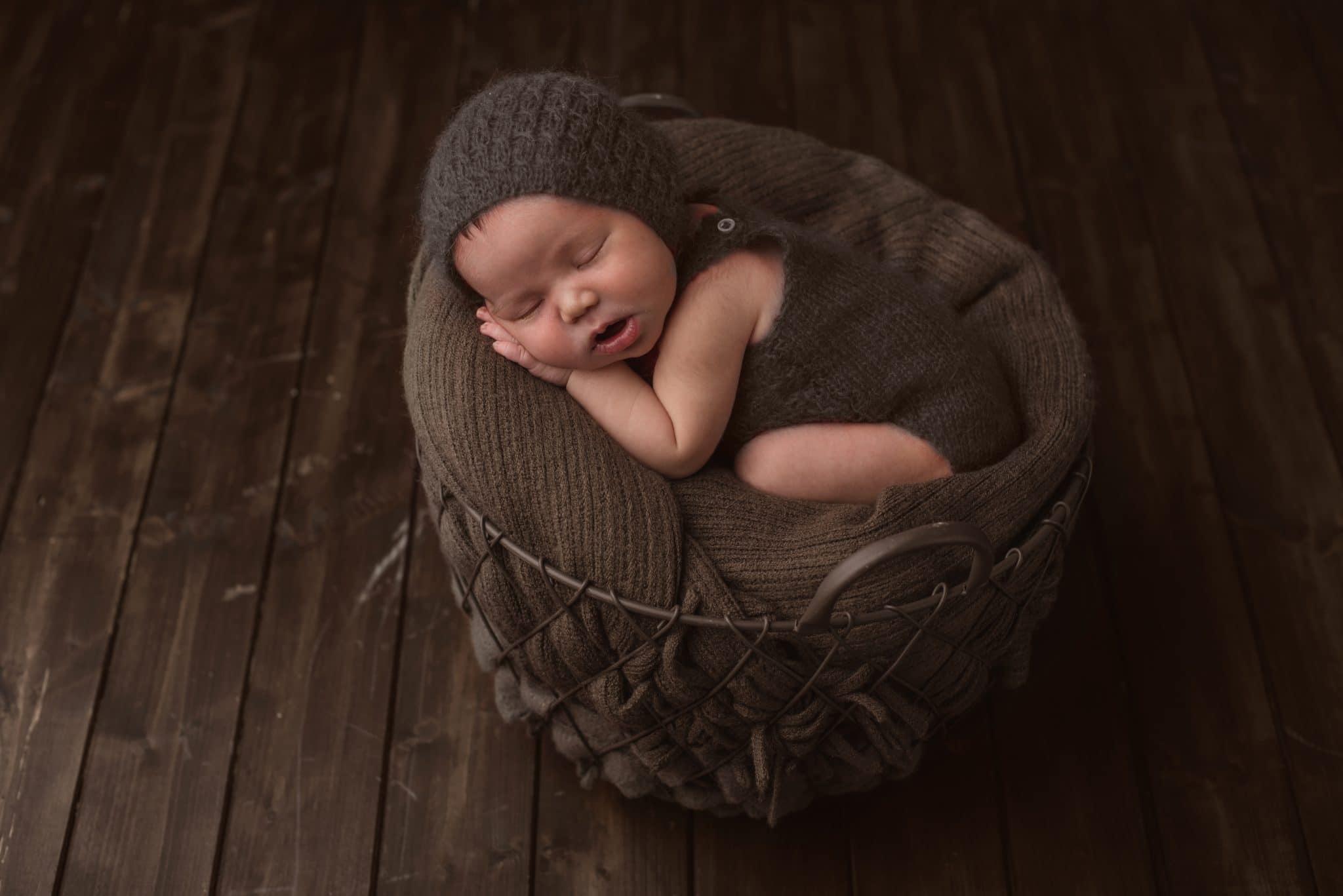 fotografo ritratti in marrone la spezia scegli il tuo colore neonata nella cesta e pavimento in legno