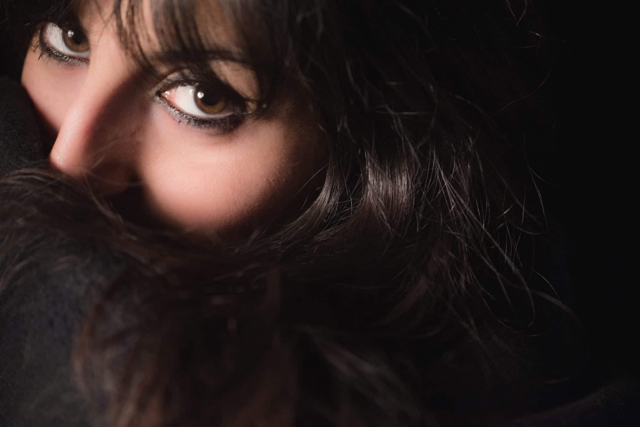 fotografo ritratti in nero la spezia scegli il tuo colore ragazza con capelli neri