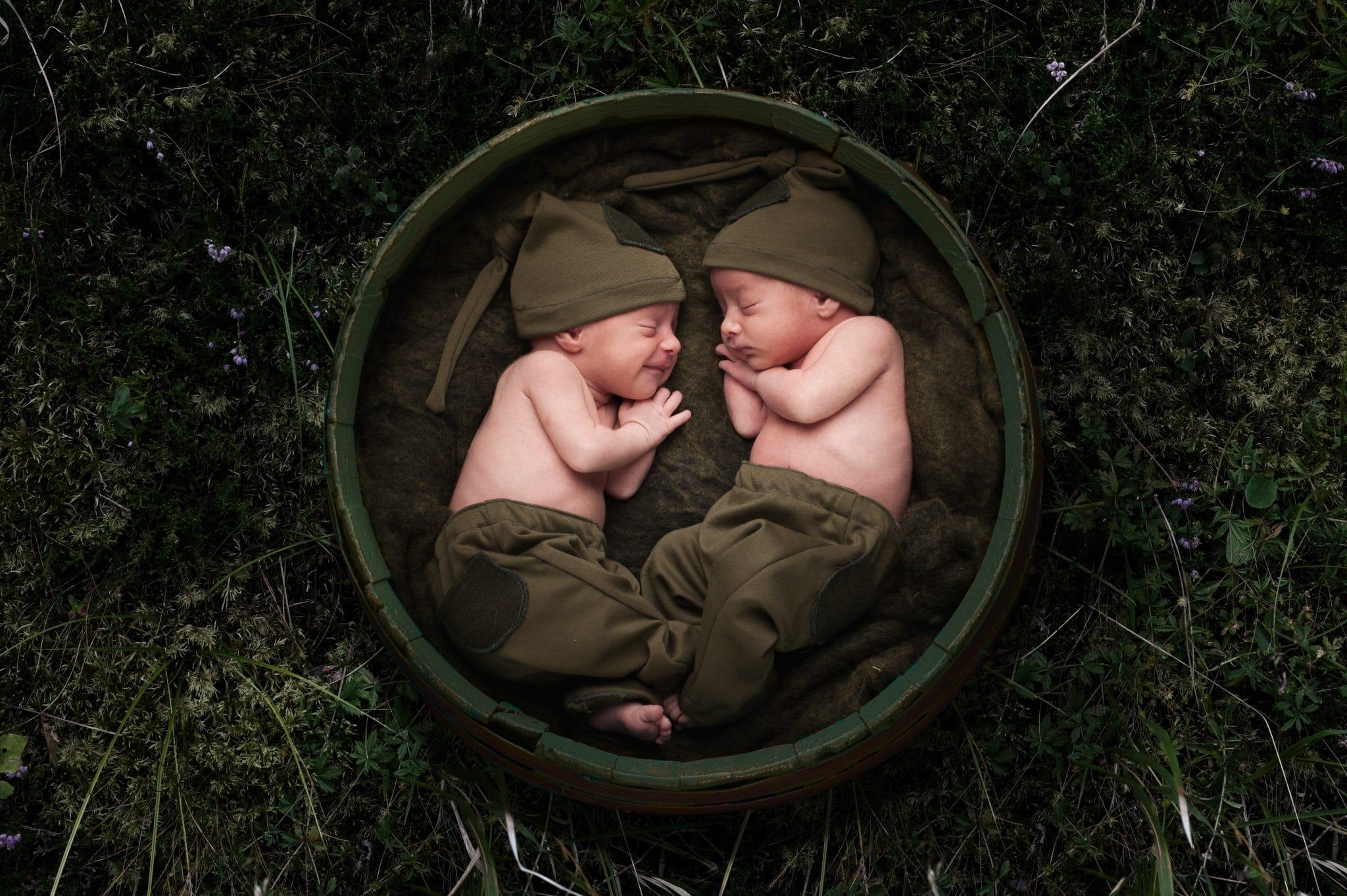 fotografo ritratti in verde la spezia scegli il tuo colore gemelli neonati con erba