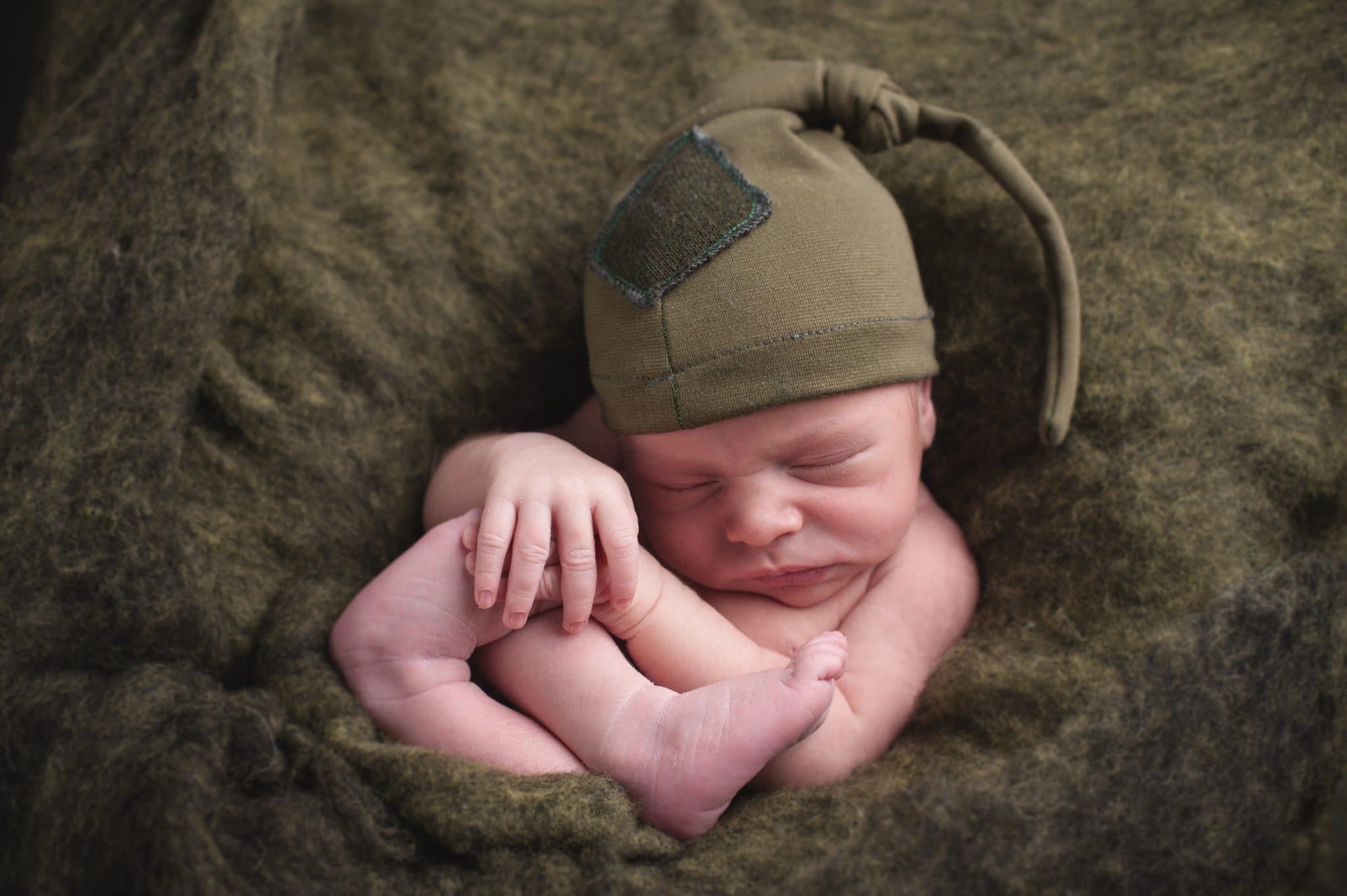 fotografo ritratti in verde la spezia scegli il tuo colore nella lana con cappello