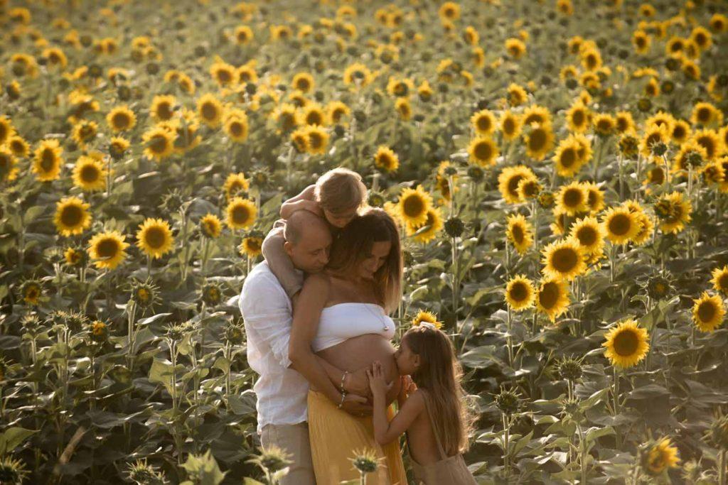 fotografo gravidanza la spezia famiglia completa tra i girasoli pisa toscana