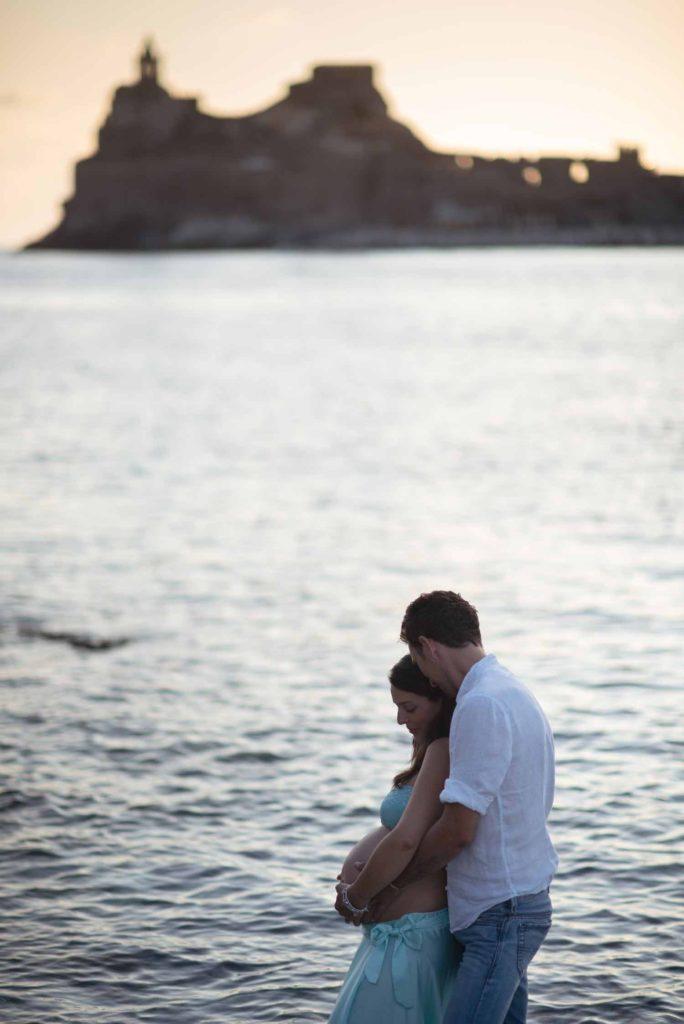 fotografo gravidanza la spezia sul mare al tramonto portovenere