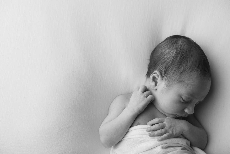 fotografo neonati la spezia foto diverse dormire in posizione supina