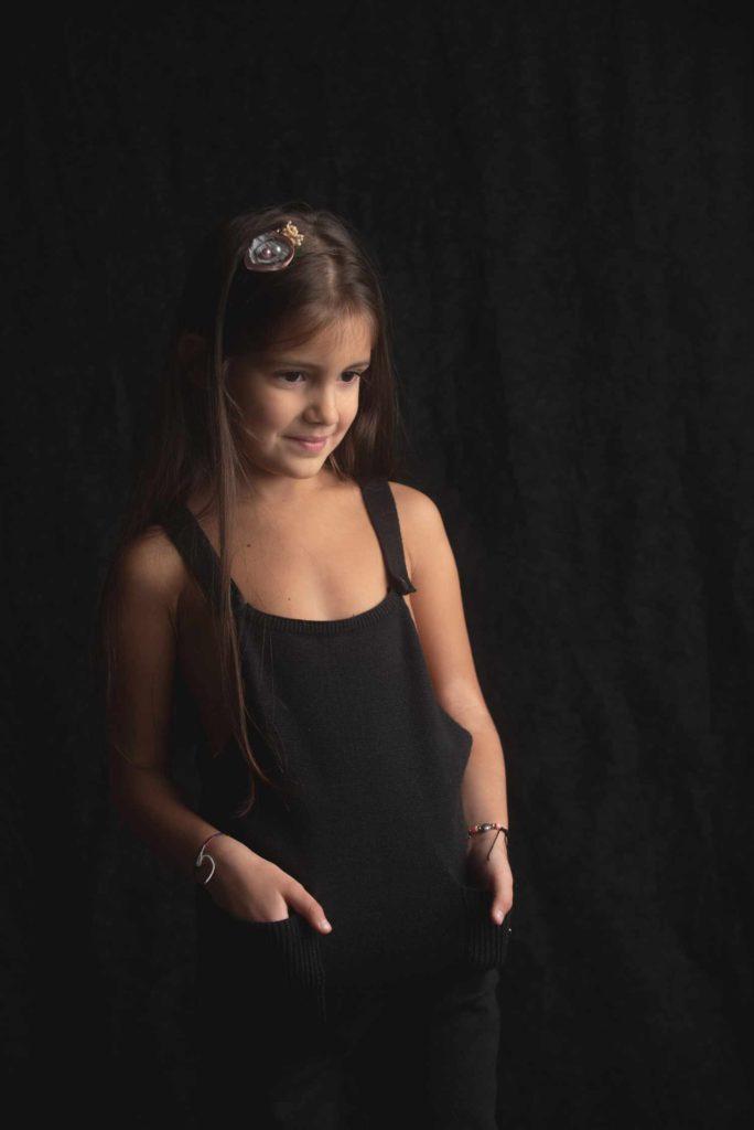 fotografo bambini e famiglie la spezia bimba con salopette
