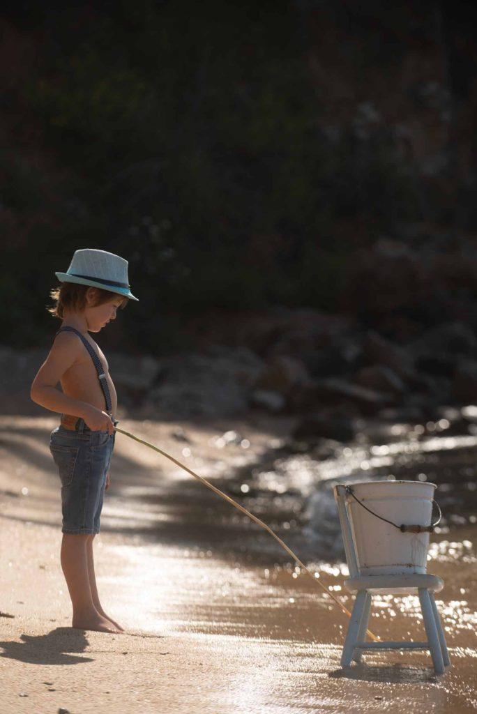 fotografo bambini e famiglie la spezia al mare a pescare