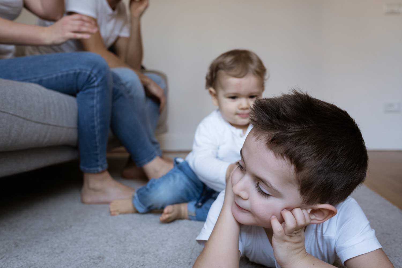 fotografo famiglia in casa la spezia due fratellini che giocano a terra