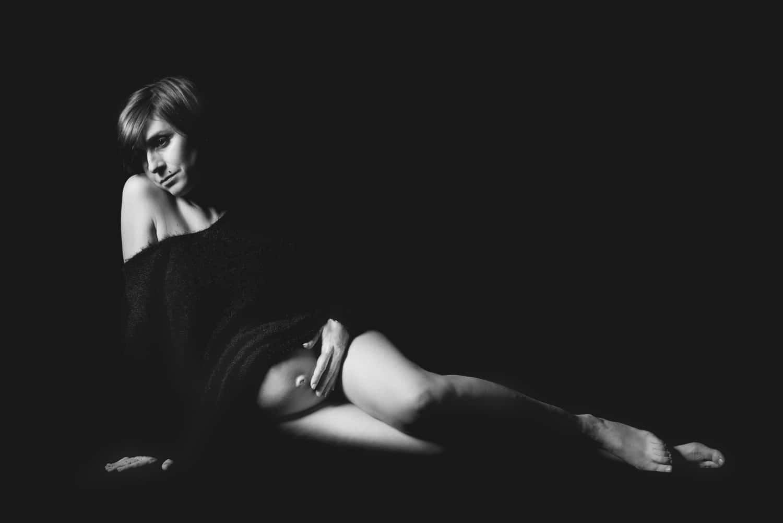 fotografo gravidanza liguria su nero adagiata su fianco e maglia nera